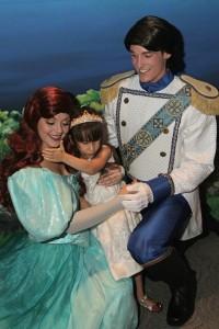 A aniversariante com a Ariel e o Príncipe!!
