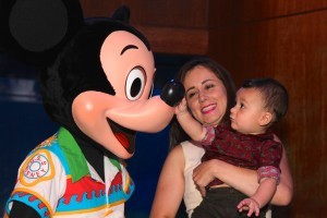 A mamãe linda com o irmãozinho da Alessa! Louco pelo Mickey, como todo mundo!!