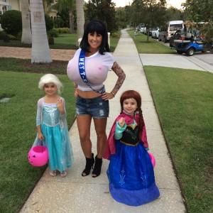 "Ana, Elsa e a"" Miss Garota Camiseta Molhada""!"