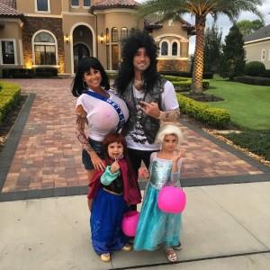 Prontos para curtir a festa de Halloween (e sim, minha fantasia é uma piada! Só bem humorados entenderão!)