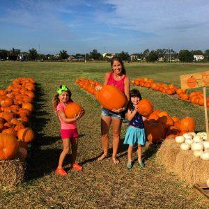 Nós escolhendo nossa abóbora para o Halloween!